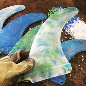 Lys grøn surf finne i havplast på arbejdsbord