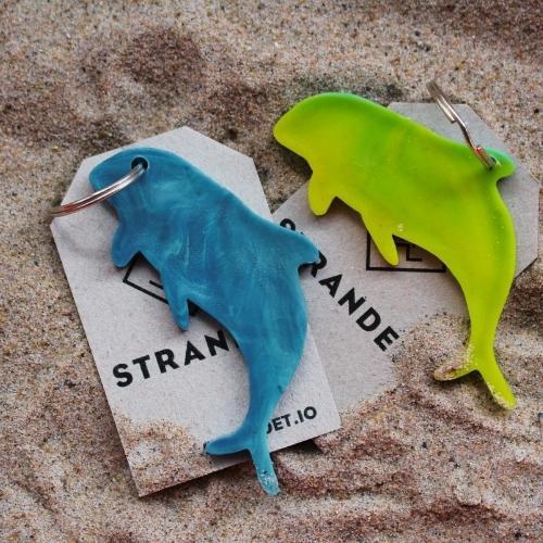 To marsvin nøglering på baggrund af sand