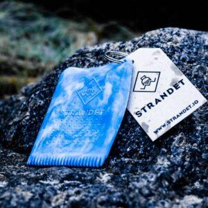 Blå vokskam på baggrund af sten