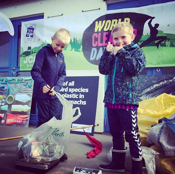 To glade drenge vejer deres indsamlede affald