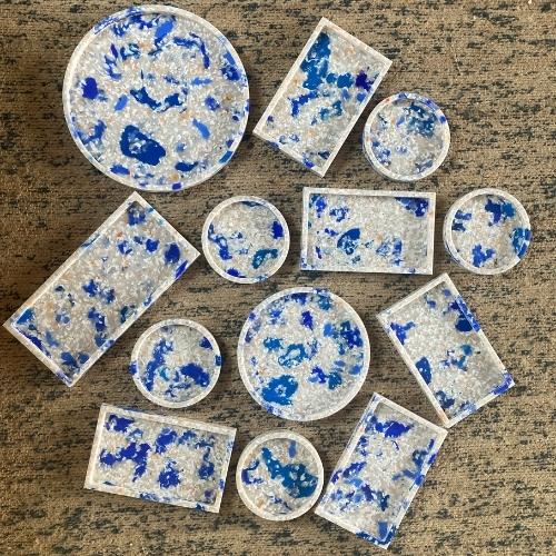 Bakker i havplast i blå og hvide farver