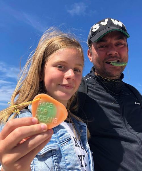 far og datter viser deres medaljer i havplast