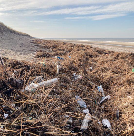 Flasker og bøtter skyllet op på stranden